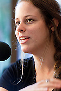 Portrait de Marie-Claudel Chénard (MCC) en direct lors de l'émission radiophonique Francophonie Express  à  Bar Alice de l'hôtel Omni / Montreal / Canada / 2016-08-02, Photo © Marc Gibert / adecom.ca