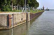 Nederland, the netherlands, Lelystad, 15-6-2018In de sluis van Lelystad zit een peilstok, waterpeilstok, die de waterstand ten opzichte van nap aangeeft .Foto: Flip Franssen