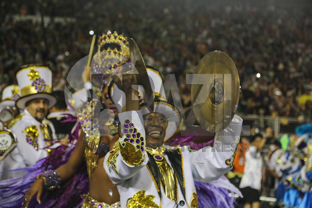 SAO PAULO, SP, 09 FEVEREIRO 2013 - CARNAVAL SP - VAI-VAI - Integrantes da escola de samba Vai-Vai durante desfile no primeiro dia do Grupo Especial no Sambódromo do Anhembi na região norte da capital paulista, na madrugada deste sábado, 09. (FOTO: WILLIAM VOLCOV  / BRAZIL PHOTO PRESS).