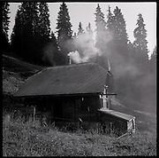 Der Rinderhirt und sein Alltag auf der Alp Rischigenmatt, Obwalden. Heuernte, Käsekeller, Stube und Alpküche. © Romano P. Riedo
