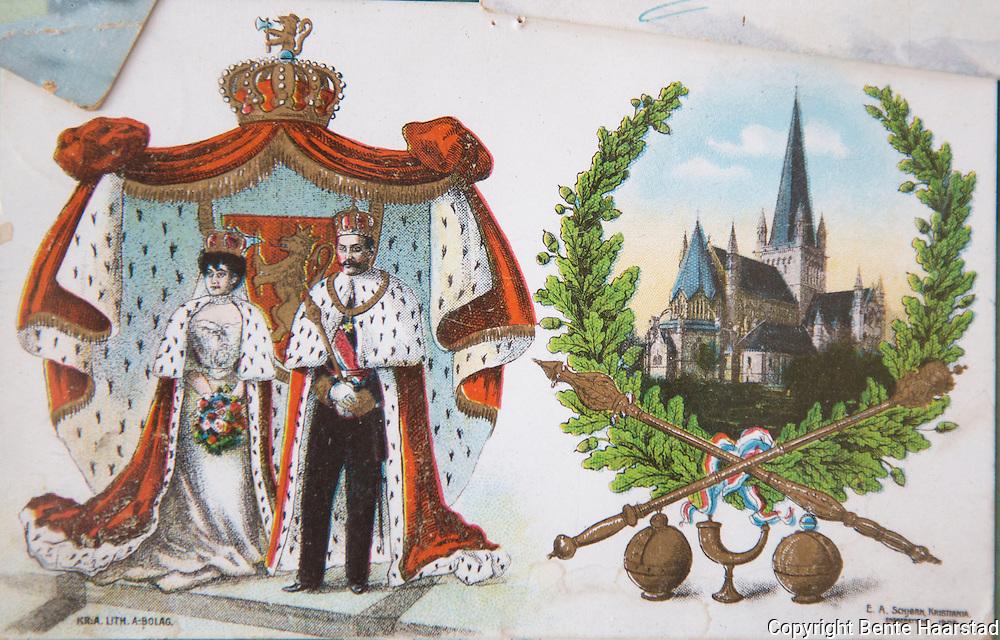 Gammelt postkort fra kroningen av kong Haakon og dronning Maude, i Nidarosdomen i Trondheim1906.