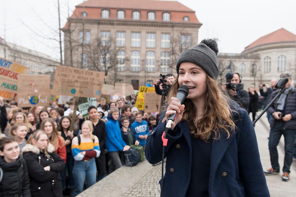 """22 MAR 2019, BERLIN/GERMANY:<br /> Luisa Neubauer, Aktivistin, Geografiestudentin und Mitbegruenderin der Schuelerproteste, spricht auf einer Demo """"Fridays for Future"""" fuer mehr Klimaschutz, im Hintergrund das Ministerium fuer Wirtschaft und Energie, Invalidenpark<br /> IMAGE: 20190322-01-012<br /> KEYWORDS: Demonstration, Protest, portester, Youth, Clima, climate change, Demonstranten, Klimarettung, Demo, Schulstreik, Streik, Schüler, Klimawandel."""