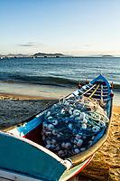 Barco na areia na Praia de Ponta das Canas. Florianópolis, Santa Catarina, Brasil. / Boat on the sand at Ponta das Canas Beach. Florianopolis, Santa Catarina, Brazil.