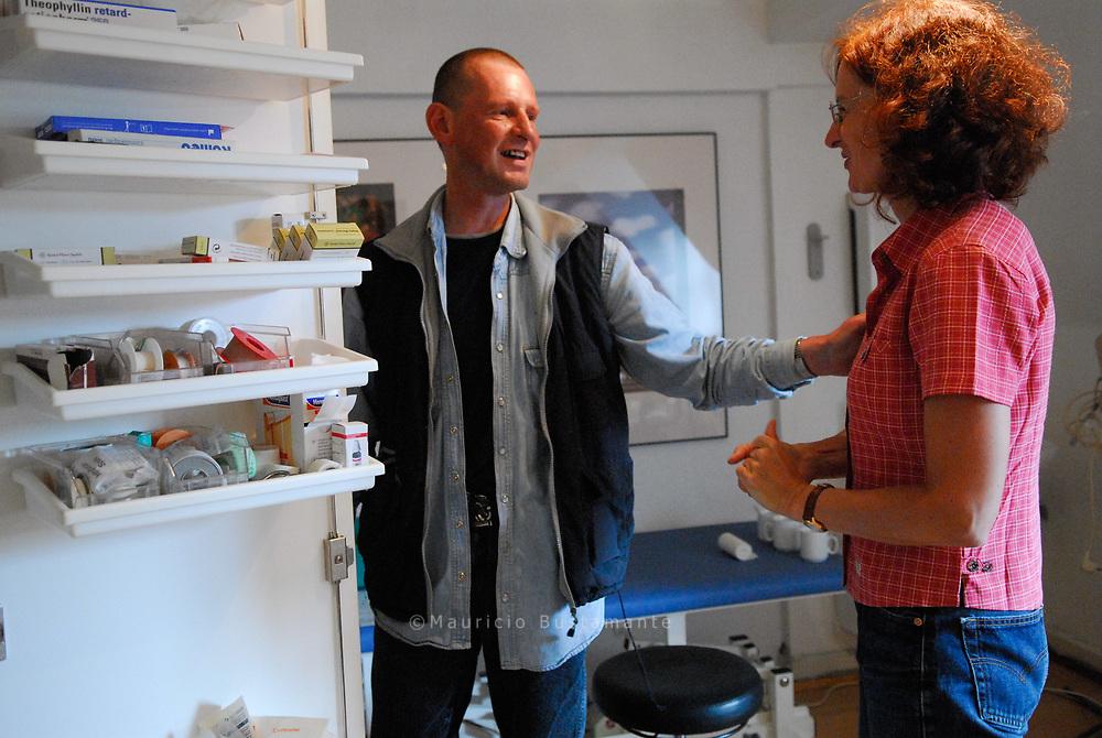 Sprechstunde in der Tagesaufenthaltsstätte für Obdachlose: Frauke Ishorst-Witte erneuert den Verband von Frankie