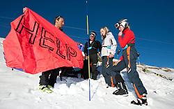 THEMENBILD - Verschuettetensuche nach Lawinenabgang. Hier im Bild Berg und Schiführer Andreas Hanser zeigt seiner Gruppe eine neonfarbene Sicherheits Plane mit der Aufschrift Help die auch aus großer Höhe z.b. von Hubschrauberbesatzungen rasch erkannt / gesehen werden kann. Archivbild vom 10.01.2009 anlässlich einer Alpinen Sicherheitsschulung 'Umgang mit LVS-Geraet, Sonde und Schaufel' veranstaltet vom Alpinkompetenzzentrum Osttirol (AKZ), im Grossglockner Resort Kals, Osttirol. EXPA Pictures © 2012, PhotoCredit: EXPA/ J. Groder