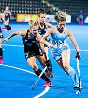 Londen - Agustina Albertarrio (Arg) met Frances Davies (NZL)   tijdens de cross over wedstrijd Argentinie-Nieuw Zeeland (2-0)  bij het WK Hockey 2018 in Londen .  COPYRIGHT KOEN SUYK