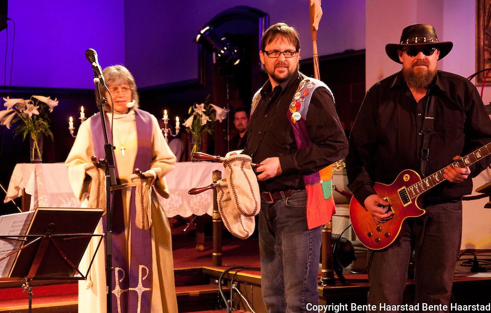 Hilde Rosenkrantz, prest i Lademoen kirke, Jørund Hølaas, kirkeverge i Selbu, og Gjermund Lund, gitarist i Holy Divers. Hard Rock Hallelujah, heavyrock-gudstjeneste, Lademoen kirke, Trondheim.