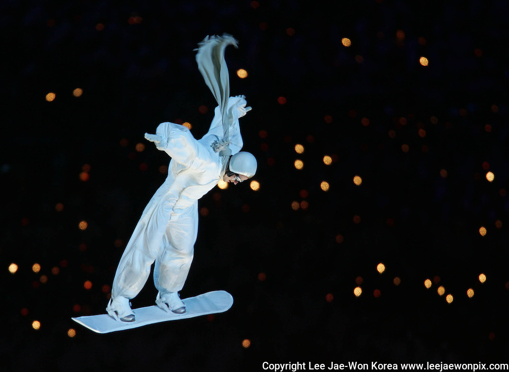 An artist performs on a snowboard during the closing ceremony of the Torino 2006 Winter Olympic Games in Turin, Italy, February 26, 2006. /Lee Jae-Won