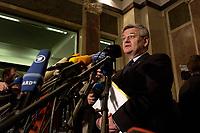 15 DEC 2003, BERLIN/GERMANY:<br /> Guido Westerwelle, FDP Bundesvorsizender, Angela Merkel, CDU Bundesvorsitzende, und Edmund Stoiber, CSU, Ministerpraesident Bayern, (v.L.n.R.), spiegeln sich in einem runden Spiegel an der Decke der Wandelhalle, waehrend der Pressekonferenz zu den Ergebnissen der Sitzung des Vermittlungsausschusses, Bundesrat<br /> IMAGE: 20031215-01-014<br /> KEYWORDS: Pressestatement, Mikrofon, microphone, Journalist, Journalisten