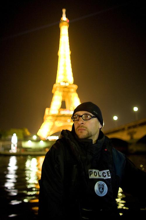 Paris, France. 29 Avril 2009..Brigade Fluviale de Paris..0h06 En ronde de surveillance sur la Seine...Paris, France. April 29th 2009..Paris fluvial squad..0:06 am Night watching patrol on the Seine