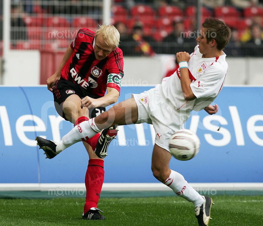 FUSSBALL 1. Bundesliga 2004/2001 6.Spieltag VfB Stuttgart 3-0 Bayer 04 Leverkusen Philipp Lahm (VFB,re) gegen Carsten Ramelow (Bayer ,li)