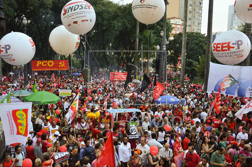 São Paulo (SP), 31/03/2016 - Na tarde desta quinta (31), manifestantes a favor do governo Dilma Rousseff (PT), fizeram um ato na Praça da Sé, centro de São Paulo. O ato foi convocado por diversos movimentos sociais e centrais Sindicais. Foto: Fábio Nasi/FramePhoto