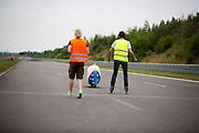 Lieske Yntema gaat van start voor haar recordpoging. Het Human Power Team Delft en Amsterdam (HPT), dat bestaat uit studenten van de TU Delft en de VU Amsterdam, is in Senftenberg voor een poging het laagland sprintrecord te verbreken op de Dekrabaan. In september wil het HPT daarna een poging doen het wereldrecord snelfietsen te verbreken, dat nu op 133 km/h staat tijdens de World Human Powered Speed Challenge.<br /> <br /> Lieske Yntema starts for her record attempt. With the special recumbent bike the Human Power Team Delft and Amsterdam, consisting of students of the TU Delft and the VU Amsterdam, is in Senftenberg (Germany) for the attempt to set a new lowland sprint record on a bicycle. They also wants to set a new world record cycling in September at the World Human Powered Speed Challenge. The current speed record is 133 km/h.