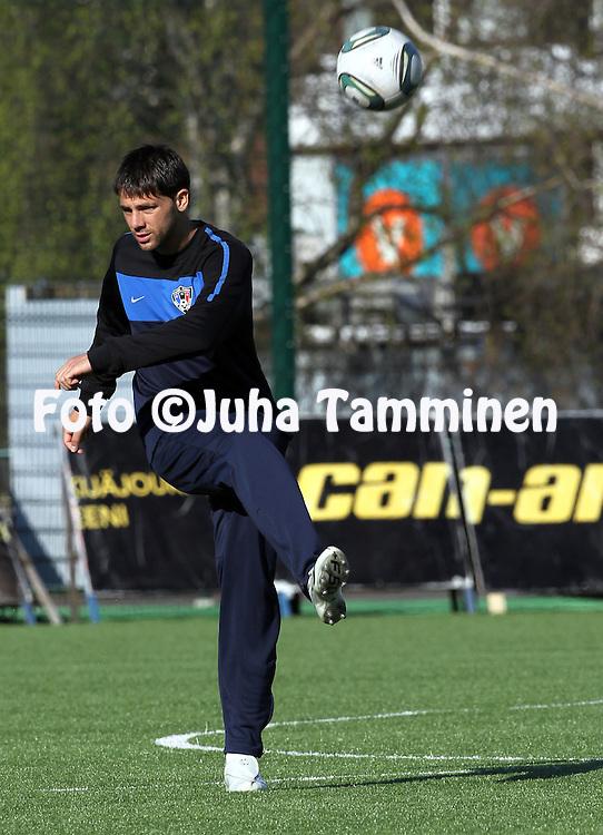 22.5.2011, Keskuskentt?, Rovaniemi..Veikkausliiga 2011, Rovaniemen Palloseura - FC Inter Turku..Interin Fererico Scoppa pallottelee kent?ll? ennan ottelua..©Juha Tamminen.