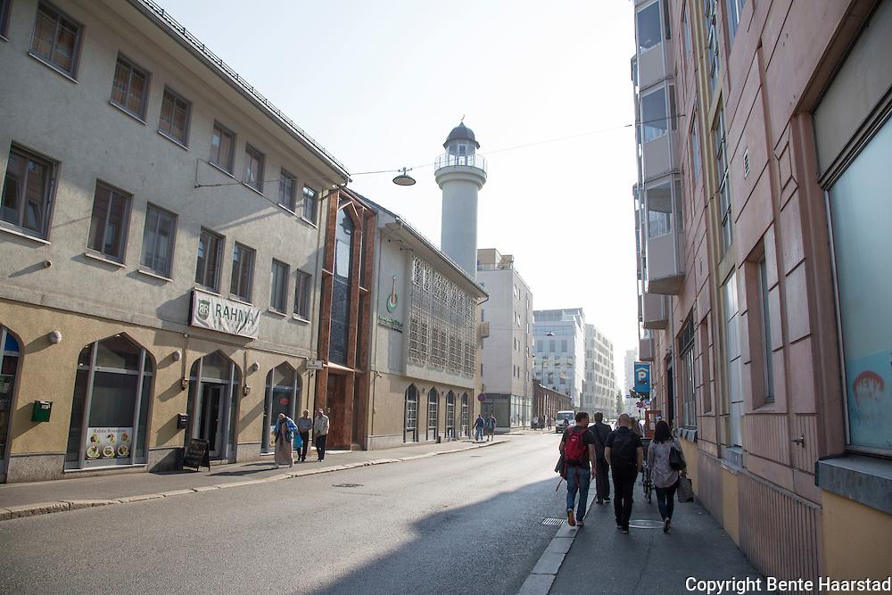 Moskeen Islamic Cultural Centre, ICC, Norges eldste moské, grunnlagt av pakistanske innvandrere i 1974. Sunnimuslimsk. Ligger på Grønland i Oslo, Tøyenbekken.