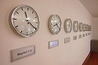 01 DEC 2005, BERLIN/GERMANY:<br /> Uhren in den Raeumen des aufgrund der Geiselname einer Bundesbuergerin im Irak aktivierten Krisenreaktionszentrums, Auswaertiges Amt<br /> IMAGE: 20051201-01-003<br /> KEYWORDS: Krisenzentrum, Krisenstab