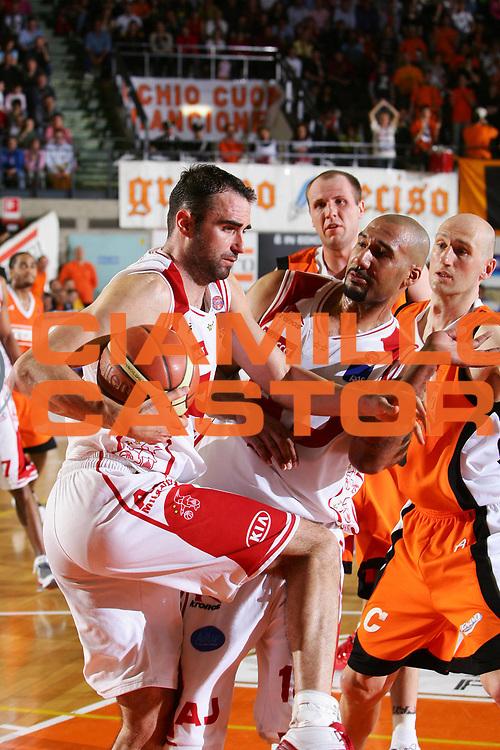 DESCRIZIONE : Udine Lega A1 2005-06 Snaidero Udine Armani Jeans Olimpia Milano <br /> GIOCATORE : Fajardo Blair <br /> SQUADRA : Armani Jeans Olimpia Milano <br /> EVENTO : Campionato Lega A1 2005-2006 <br /> GARA : Snaidero Udine Armani Jeans Olimpia Milano <br /> DATA : 23/04/2006 <br /> CATEGORIA : Rimbalzo <br /> SPORT : Pallacanestro <br /> AUTORE : Agenzia Ciamillo-Castoria/S.Silvestri