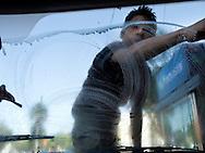 24-02-08, Città del Messico: Un bambino si guadagna da vivere lavando i parabrezza delle macchine