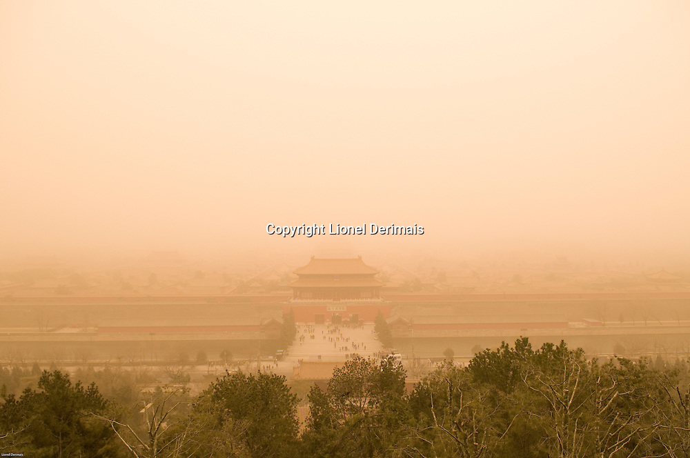 Dust storm over the Forbidden City, Beijing, China.  Tempête de sable sur la Cité Interdite, Pékin, China.