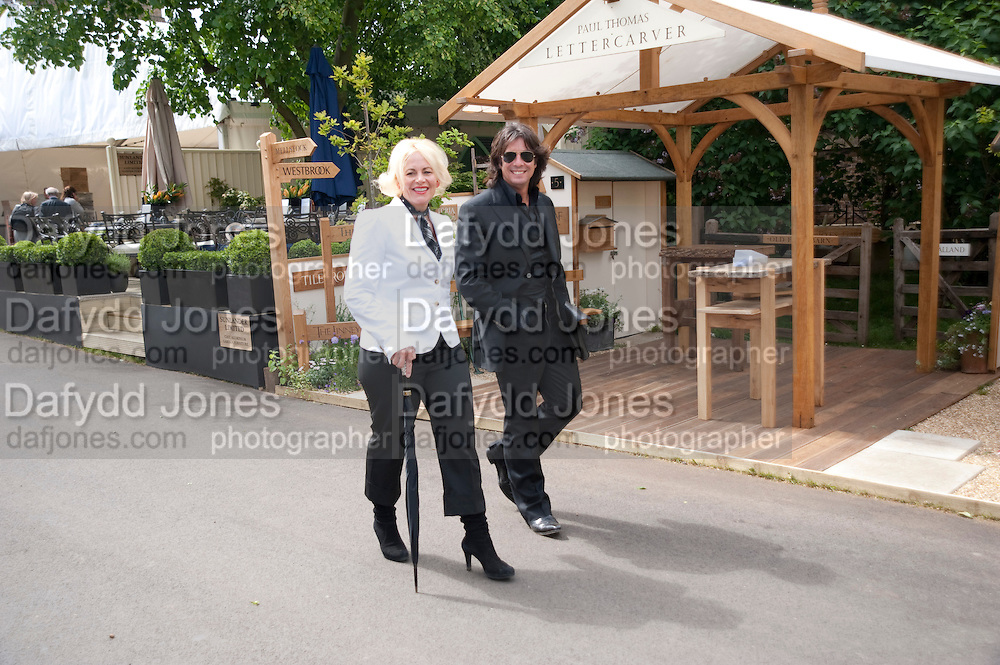 JACKIE LLEWELLEN-BOWEN; LAWRENCE LLEWELLEN-BOWEN, Press and VIP viewing day. Chelsea Flower show, Royal Hospital Grounds. Chelsea. London. 18 May 2009