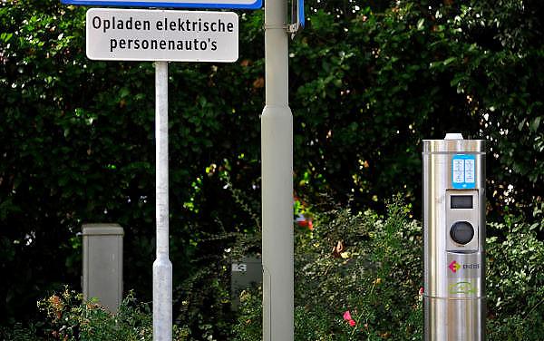 Nederland, Molenhoek, 27-10-2011Parkeerplaats met oplaadpaal voor een elektrische auto.Foto: Flip Franssen/Hollandse Hoogte