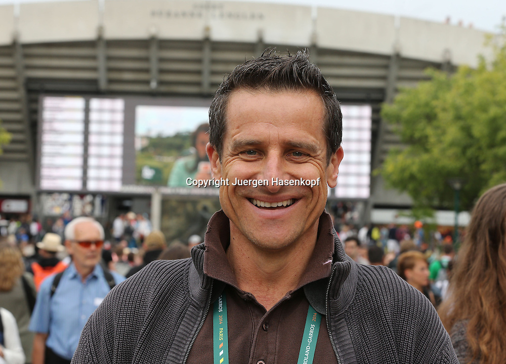 French Open 2014, Roland Garros,Paris,ITF Grand Slam Tennis Tournament, Portrait von Eurosport Kommentator Alex Antonitsch,Halbkoerper,<br /> Querformat,Feature,