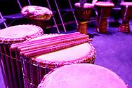 Drums met drumstokjes staan op podium. - Ethnic drums with drumstics on stage