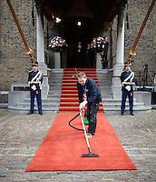 Nederland. Den Haag, 20 september 2011.<br /> Ingang Ridderzaal, de rode loper wordt nog gestofzuigd. koninklijk huis, <br /> Prinsjesdag. Derde dinsdag van september, derde dinsdag in september, miljoenennota, monarchie, politiek, kabinet Rutte, <br /> Foto Martijn Beekman