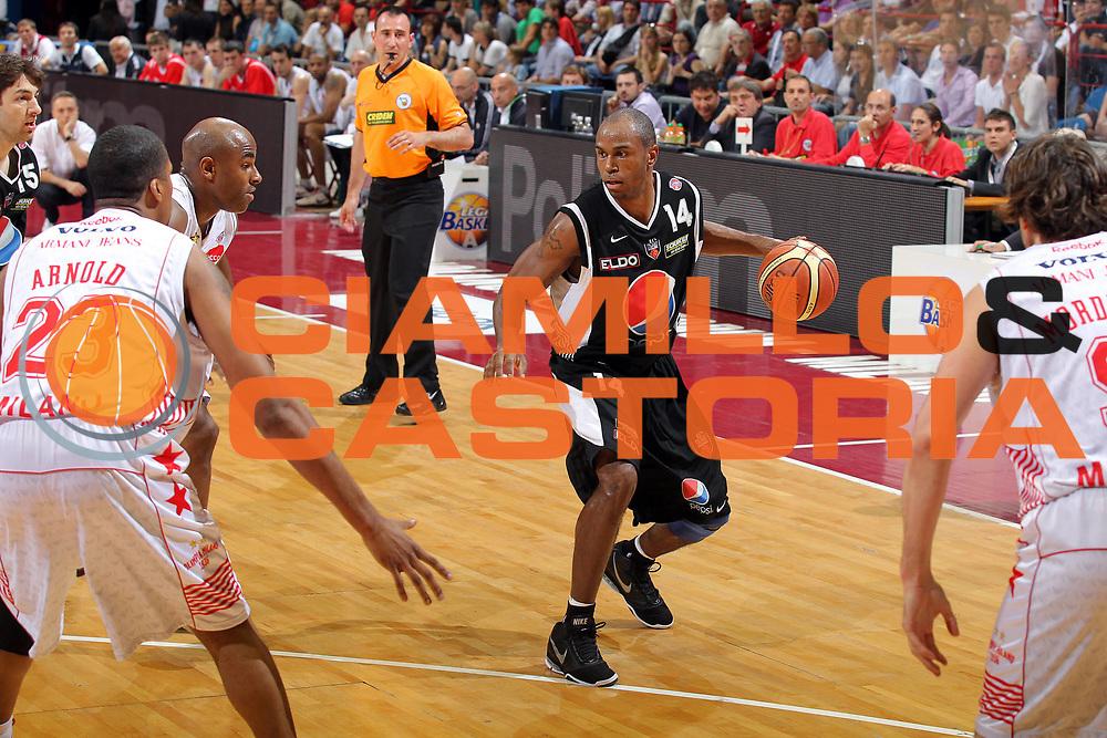 DESCRIZIONE : Milano Lega A 2009-10 Playoff Semifinale Gara 4 Armani Jeans Milano Pepsi Caserta<br /> GIOCATORE : Timothy Jermaine Bowers<br /> SQUADRA : Pepsi Caserta<br /> EVENTO : Campionato Lega A 2009-2010 <br /> GARA : Armani Jeans Milano Pepsi Caserta<br /> DATA : 08/06/2010<br /> CATEGORIA : Palleggio<br /> SPORT : Pallacanestro <br /> AUTORE : Agenzia Ciamillo-Castoria/G.Cottini<br /> Galleria : Lega Basket A 2009-2010 <br /> Fotonotizia : Milano Lega A 2009-10 Playoff Semifinale Gara 4 Armani Jeans Milano Pepsi Caserta<br /> Predefinita :