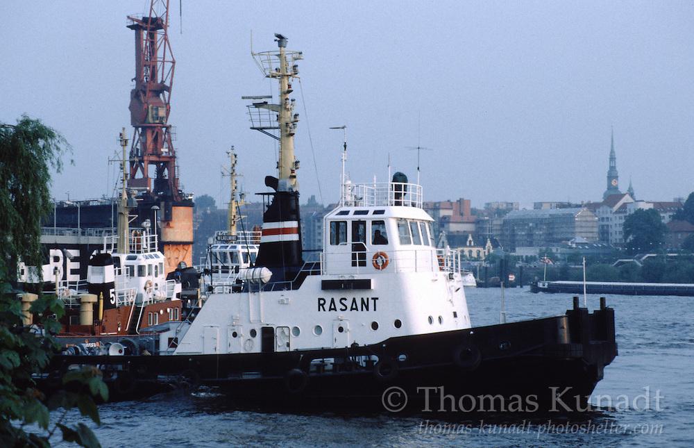 Schlepper RASANT zusammen mit  BUGSIER 5 und WILHELMINE beim Bugsieren des Docktor Blohm+Voss Elbe 17 am 04.06.1996.