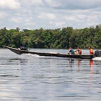 Bongo navengando en el rio Sipapo, estado Amazonas, Venezuela. ©Jimmy Villalta
