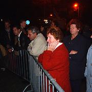 Dood Prins Claus, bloemen en kaarsen bij paleis Huis ten Bosch, verdriet burgers