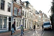 Voetgangers lopen voorbij een steiger in de Springweg in Utrecht.<br /> <br /> Pedestrians are walking at the Springweg in Utrecht.