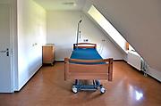 Nederland,  17-4-2018Een leeg bed in een lege kamer van een verzorgingshuis. Als een bewoner is overleden moet de kamer erg snel ontruimd en schoongemaakt zijn .Foto: Flip Franssen