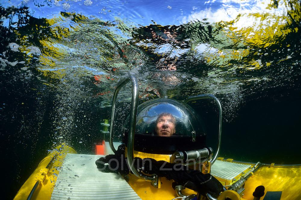 Submersible JAGO at the Lophelia sulareef in Norway. Trondheimfjord, North Atlantic Ocean, Norway | <br /> Pilot J&uuml;rgen Schauer beim Abtauchen im Tauchboot JAGO. Er f&uuml;hrt noch eine letzte Sichtkontrolle durch, bevor er f&uuml;r 3 Stunden in der Dunkelheit verschwindet. Er wird gemeinsam mit einem Wissenschaftler Proben vom Sulariff in 250 Meter Tiefe nehmen. Trondheimfjord, Norwegen