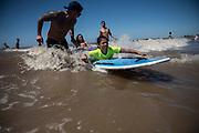20180130/ Nicolas Celaya - adhocFOTOS/ URUGUAY/ MONTEVIDEO/ PLAYA MALVIN/ Tercer festival de surf inclusivo en la playa Malvin, en Montevideo. La jornada se inscribe en el marco del programa So&ntilde;ando sobre las olas, que forma parte de las actividades de la Escuela de Mar. El programa So&ntilde;ando sobre las olas ofrece la posibilidad de practicar surfing a personas con discapacidad, con la finalidad de contribuir a mejorar su calidad de vida mediante los aspectos terap&eacute;uticos que genera el deporte. <br /> En la foto: Tercer festival de surf inclusivo en la playa Malvin, en Montevideo.   Foto: Nicol&aacute;s Celaya /adhocFOTOS
