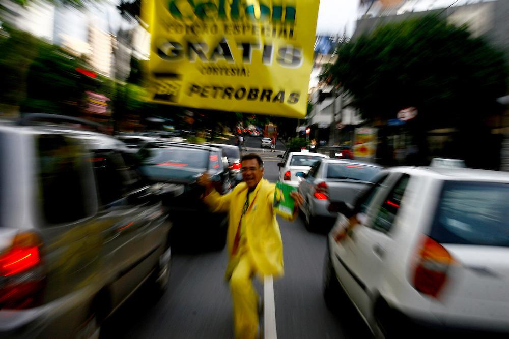 Belo Horizonte_MG, Brasil...Lacarmelio roteirista, desenhista e vendedor da revista em quadrinhos Celton, que ele mesmo faz e vende em sinais de Belo Horizonte. Na foto ele esta distribuindo a revista gratuitamente na Savassi...Lacarmelio is a writer, a designer and a seller of the comic book Celton, He makes and sells his magazines in signs in Belo Horizonte. In the photo he is distributing the free magazine in Savassi...Foto: LEO DRUMOND / NITRO