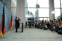 22 MAY 2005, BERLIN/GERMANY:<br /> Gerhard Schroeder, SPD, Bundeskanzler, gibt ein  Pressestatement in welchem er, nach der fuer die SPD mit hohen Verlusten verlorenen Landtagswahl Nordrhein-Westfalen, Neuwahlen ankuendigt, Bundeskanzleramt<br /> IMAGE: 20050522-02-014 <br /> KEYWORDS: Gerhard Schröder, Journalist, Journalisten, Kamera, Camera