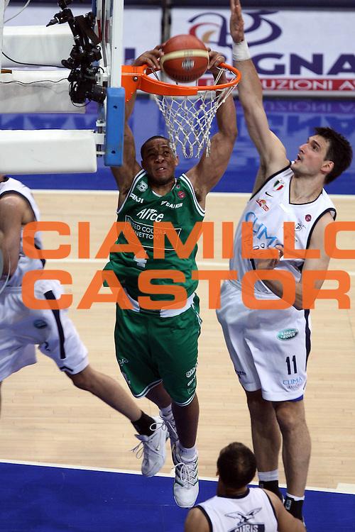 DESCRIZIONE : Bologna Lega A1 2005-06 Play Off Finale Gara 1 Climamio Fortitudo Bologna Benetton Treviso <br /> GIOCATORE : Bryant<br /> SQUADRA : Benetton Treviso<br /> EVENTO : Campionato Lega A1 2005-2006 Play Off Finale Gara 1 <br /> GARA : Climamio Fortitudo Bologna Benetton Treviso <br /> DATA : 14/06/2006 <br /> CATEGORIA : Schiacciata Sequenza<br /> SPORT : Pallacanestro <br /> AUTORE : Agenzia Ciamillo-Castoria/G.Ciamillo<br /> Galleria : Lega Basket A1 2005-2006 <br /> Fotonotizia : Bologna Campionato Italiano Lega A1 2005-2006 Play Off Finale Gara 1 Climamio Fortitudo Bologna Benetton Treviso <br /> Predefinita :