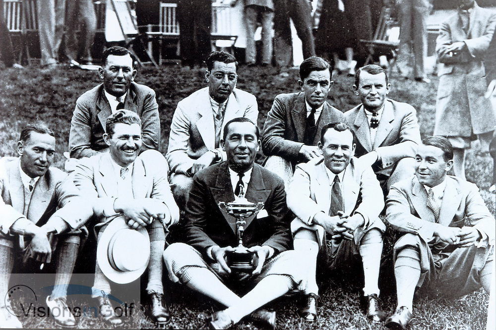 Walter Hagen , captain (centre), with the winning USA team  of the Ryder Cup Matches 1927<br /> Picture Credit: &copy;Visions In Golf / Michael Hobbs / Mark Newcombe