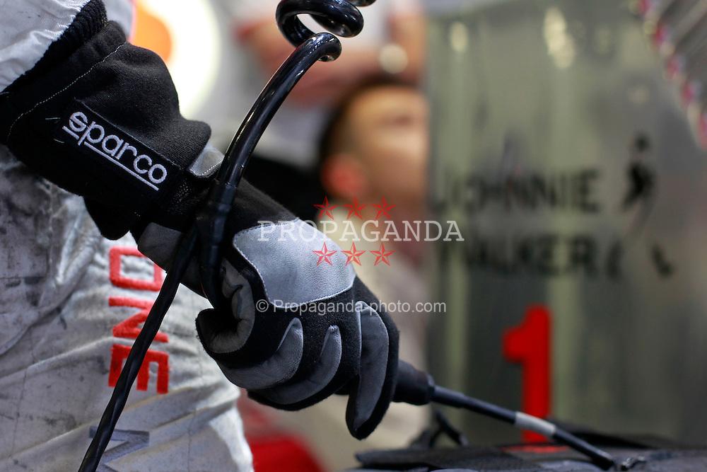 Motorsports / Formula 1: World Championship 2010, GP of Italy, Monza, Qualifying, Feature Hanschuh, Mechaniker