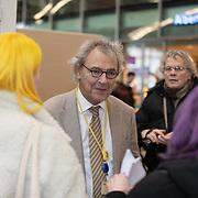 NLD/Utrecht/20200214 - Bn'ers zoeken echt contact met reizigers, Roger van Boxtel in gesprek met reizigers
