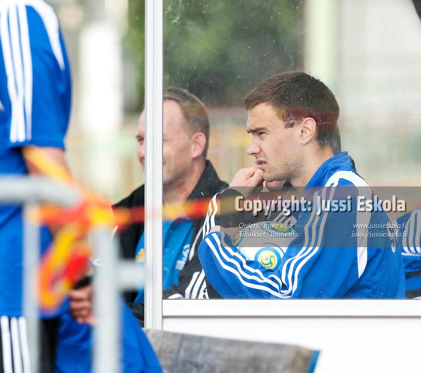 Tim Sparv seurasi harjoitukset sivusta takareisivaivojen takia. Alle 21-vuotiaiden maajoukkueen harjoitukset. Häckenin stadion, Göteborg, Ruotsi 20.6.2009. Photo: Jussi Eskola