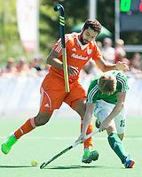 ALMERE - Valentin Verga (l) in duel met de Ier Kirk Shimmins tijdens de interland tussen de mannen van Nederland en Ierland (3-2) ter voorbereiding van het EK dat eind augustus in Londen wordt gehouden. COPYRIGHT KOEN SUYK