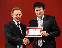 Fotball<br /> Russland søker fotball-VM 2018 / 2022<br /> Foto: Witters/Digitalsport<br /> NORWAY ONLY<br /> <br /> 09.10.2009<br /> <br /> v.l. Vitaliy Mutko (Sportminister und Praesident Russischer Fussballverband), Rinat Dasaev (ehemaliger Nationalspieler)<br /> Offizielle Zeremonie zum Auftakt der Bewerbung Russlands fuer die FIFA Fussball WM 2018/ 2022 im Kaufhaus GUM
