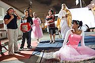 Jaqueline Romero, madre de Manuel Alejandro da testimonio durante un compartir de hermanos cristianos del milagro que recibió su hijo. Gracias a FundaHigado, en junio de 2012, recibió un trasplante de higado que le permite disfrutar de la vida. Maracaibo, Venezuela 20 y 21 Oct. 2012. (Foto/ivan gonzalez)