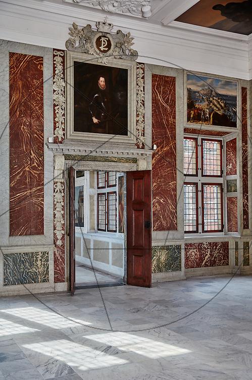Frederiksborg Slot, klargjort efter restaurering, klar til indvielse, audienssal, åben dør mellem audienssal og audiensgang