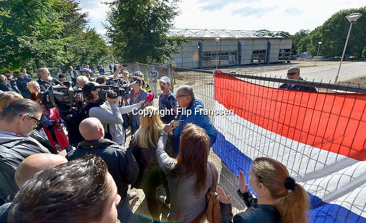 Nederland, the Netherlands, Nijmegen, 27-9-2015Tegenstanders van de opvang voor vluchtelingen demonstreren voor het hek van het tentenkamp Heumensoord. Ze wilden graag een kijkje nemen maar de toegang werd hun geweigerd. Met hoge snelheid worden te tenten gebouwd voor de noodopvang van 3000 asielzoekers in natuurgebied Heumensoord. De vluchtelingen worden hier tijdelijk gehuisvest in een tentenkamp tot uiterlijk 1 juni 2016. In 1998, werd er ook een noodkamp gevestigd. Destijds werd op Heumensoord onderdak geregeld voor een kleine 1.000 asielzoekers.Nijmegen, the NetherlandsDemonstration, protest, against the sheltering in a tentcamp near Nijmegen. In Holland the growing number of refugees forces the government to house them temporary and improvised in unused or empty buildings and halls. In this case a tent camp is erected in a wooded area near the city of Nijmegen.FOTO: FLIP FRANSSEN/ HH