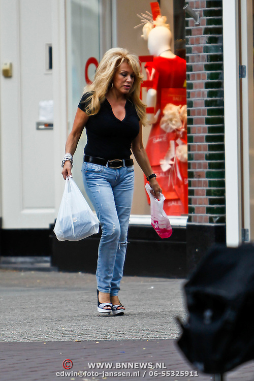 NLD/Amsterdam/20100722 - Patricia Paay doet boodschappen in Amsterdam