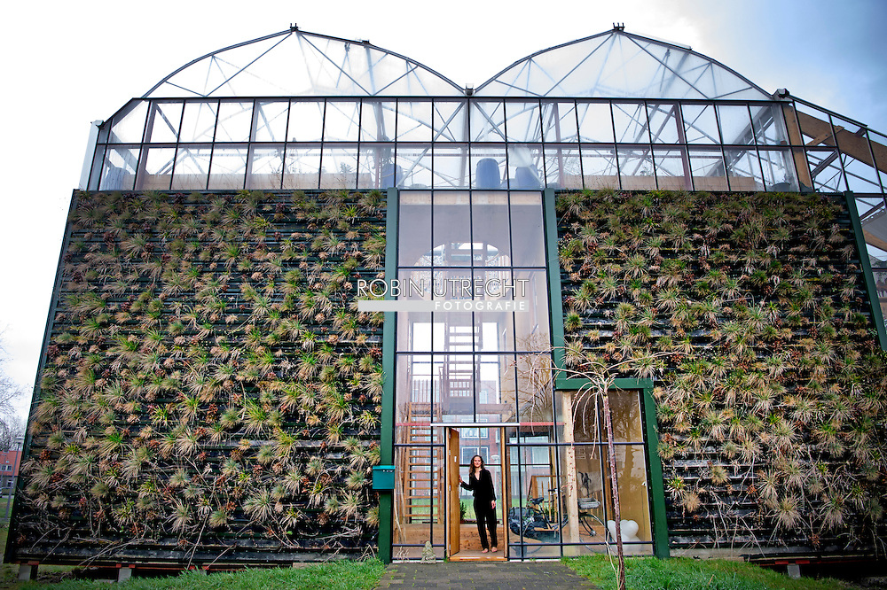 rotterdam - De foto's moeten laten zien dat het om een zeer duurzaam architectuur gaat (dakterras is goede voorbeeld onder andere). Verder is het wel leuk om Helly Scholten , Een project van Hogeschool studenten. Helly Scholten woont daar met haar twee dochters en man bij wijze van een proef. De reportage gaat over het wonen in zo'n bijzonder huis en welke uitdagingen daar allemaal bij komen kijken.duurzaam huis Rotterdam, ChibbHouse Rotterdam We are living in a sustainable Greenhouse as experiment for 3 years. Designed by students of the Rotterdam University. Enjoy!   copyright robin utrecht